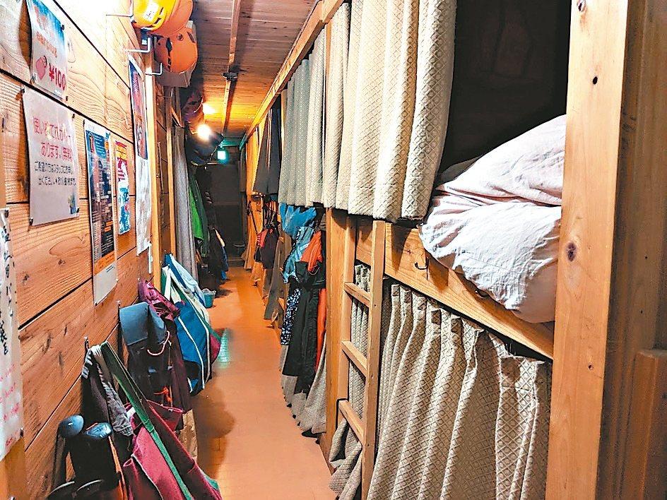 富士山的山屋住宿為大通舖。 記者楊德宜/攝影