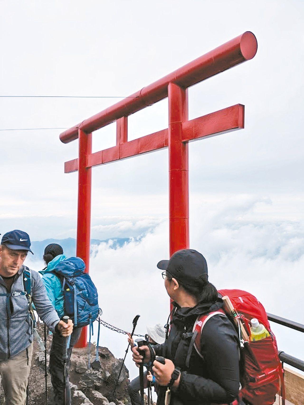 在富士山的登山道眺望美景,雲就在腳下。 記者楊德宜/攝影