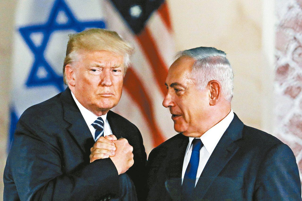 美國總統川普(左)表示,已經與以色列總理內唐亞胡討論簽署兩國共同防禦條約的可能性...