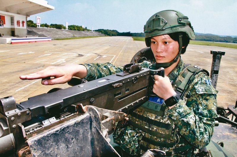 CM11勇虎式戰車排長康嘉馨,在湖口台地指揮戰車攻擊前進。 記者洪哲政/攝影
