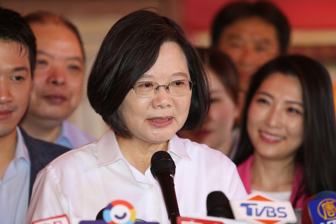 對於高雄市長韓國瑜批評總統讓外交關係越來越困難。蔡英文總統(前)上午前往台北市葫...