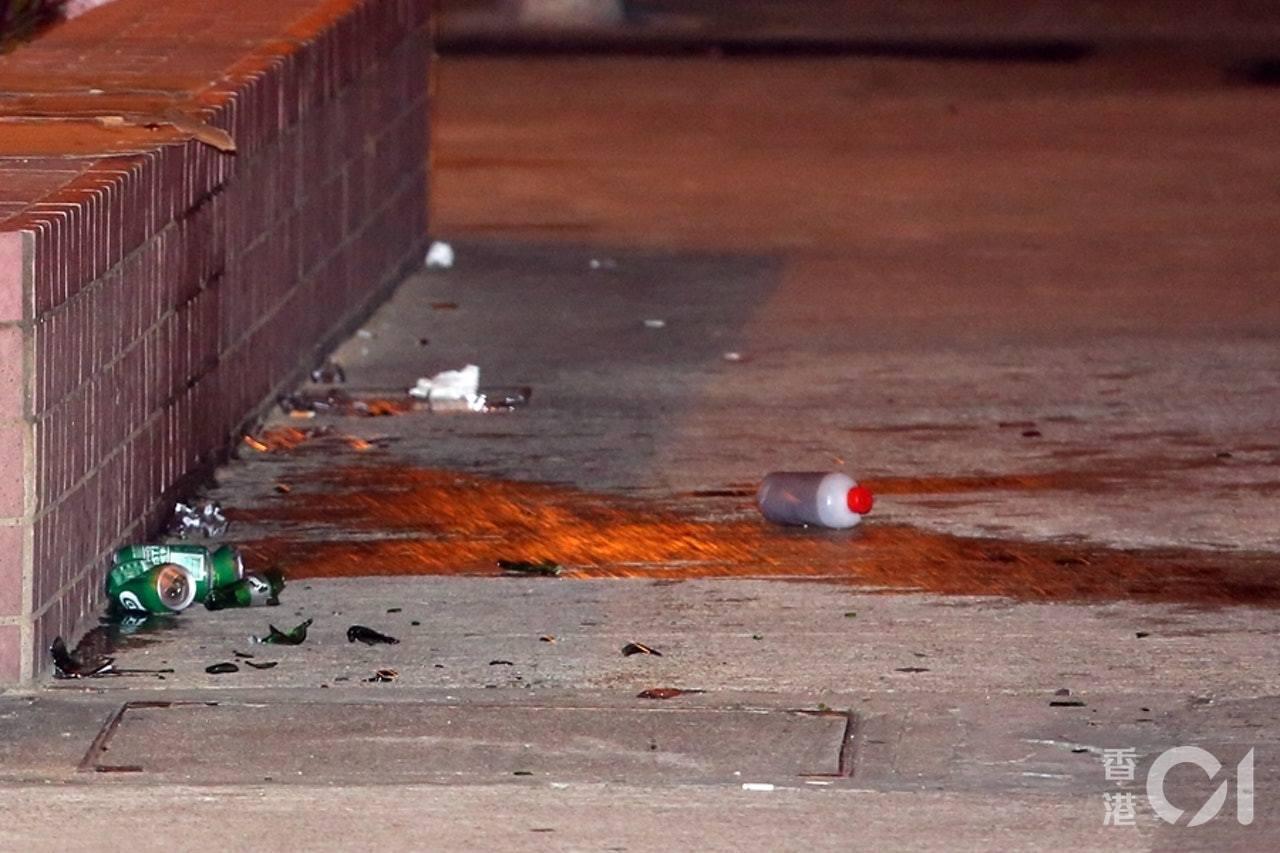 現場遺下疑裝有腐蝕性液體的玻璃樽及膠樽。香港01記者賴南秋/攝影