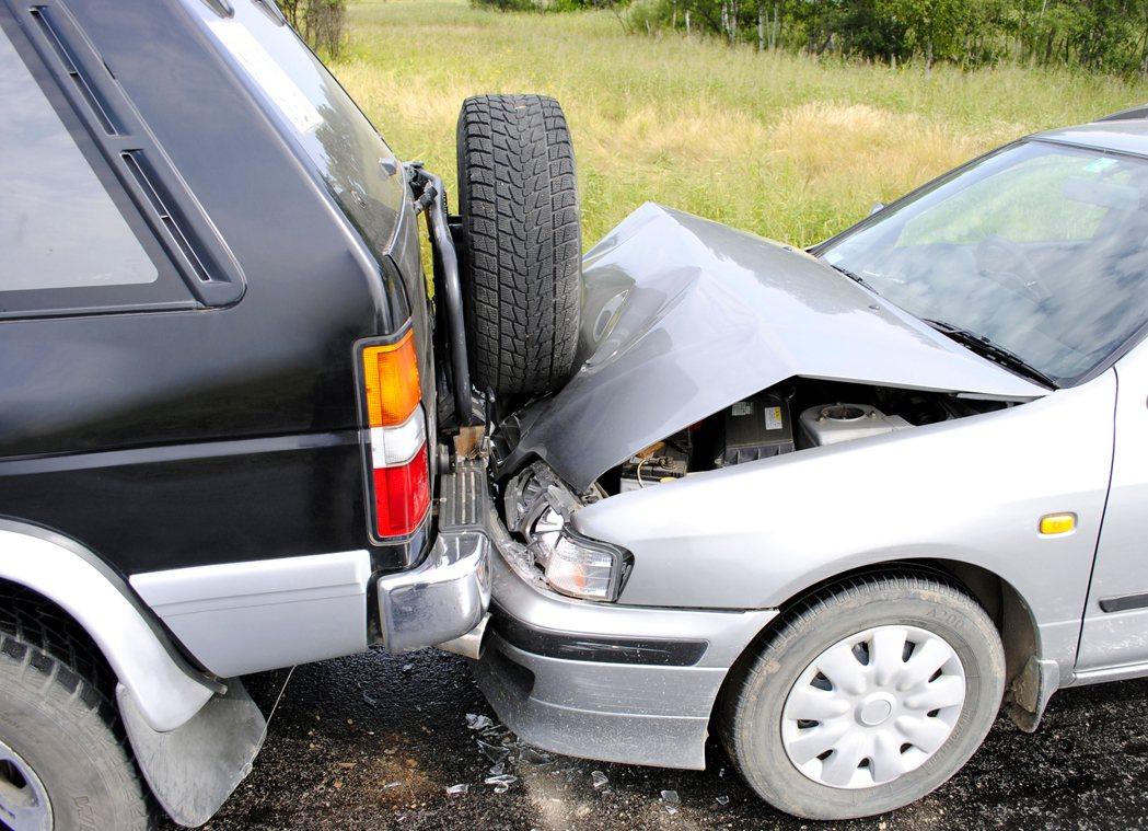 一名保險業務員被客戶指稱保險公司都在騙錢,因此不願再續保車險,沒想到半年後竟然出...