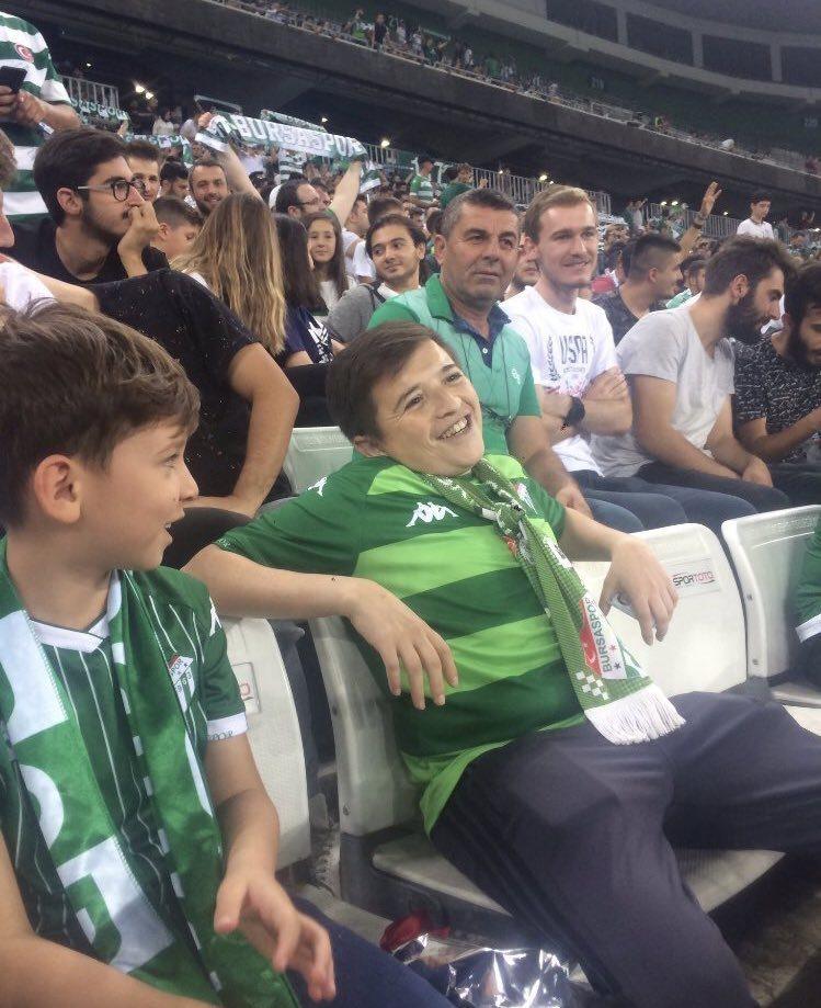考庫克(右)和兒子(左)一起去看球賽。 圖擷自@objektifdegilim推...