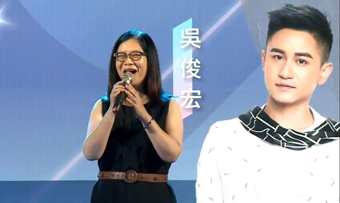 立委管碧玲12日晚為立委李昆澤的中秋聯歡晚會站台,獨唱一曲。圖/翻攝李昆澤臉書