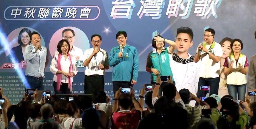 行政院副院長陳其邁12日晚上為立委李昆澤站台,和多位高雄市議員合唱「浪子回頭」。...