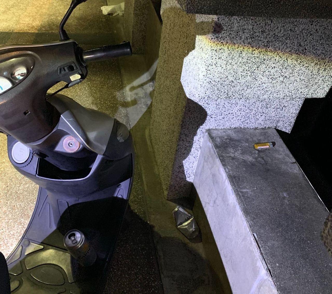 警、消救上羅女後,在她的機車踏板發現啤酒罐。圖/讀者提供