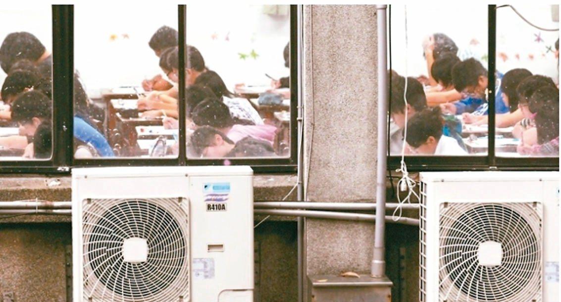 雲林縣長張麗善喊出全縣國中小學裝冷氣,目前透過企業捐助,已有30間學校裝冷氣。圖...