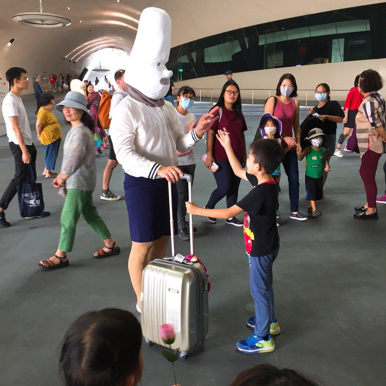 桃園地景藝術節「移動地景」中秋登場,台灣喜劇團體的「 大頭仔」,和小朋友互動。圖...