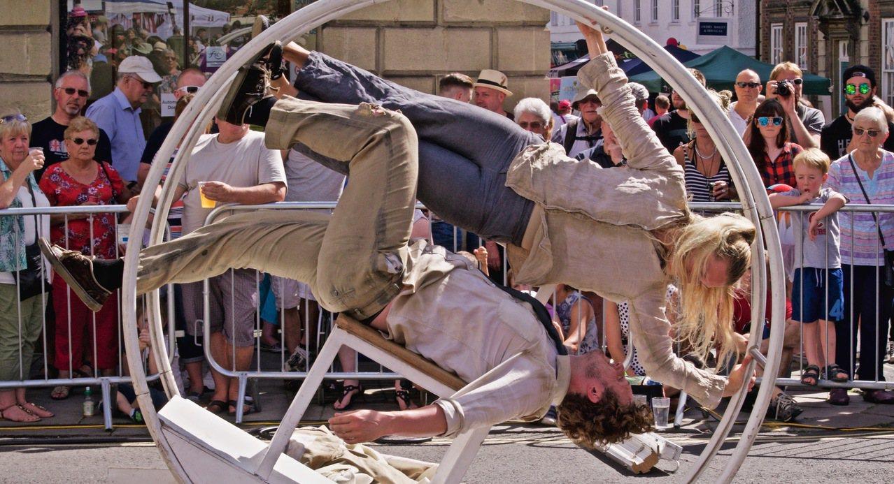桃園地景藝術節「移動地景」中秋登場,來自英國的艾克馬戲團在巨型大環中表演特技。圖...
