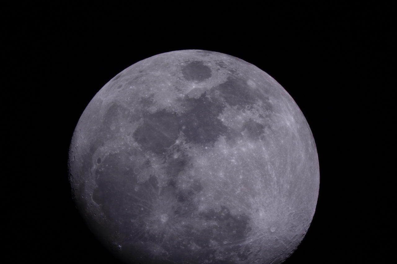 中原大學天文社社長侯郁家說,望遠鏡比起普通肉眼有著更強的集光力及解像力,從行星到...