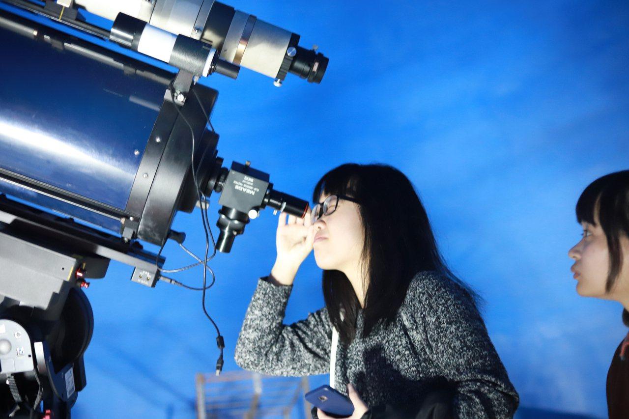 中原大學理學院天文台將於今晚7點到9點開放讓民眾賞月。圖/中原大學提供