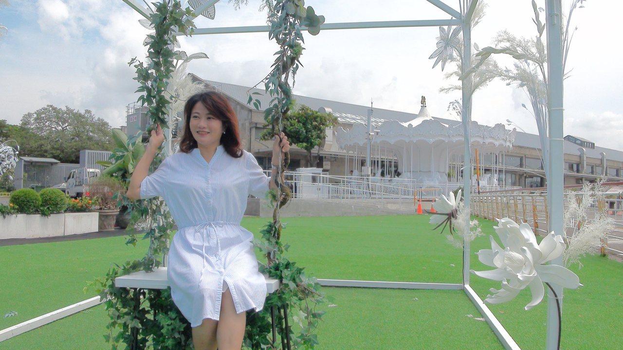 高雄港1號碼頭打造白色奇幻浪漫花園,以「綠蔓鞦韆花架」打造出悠閒的港濱綠洲,夜晚...
