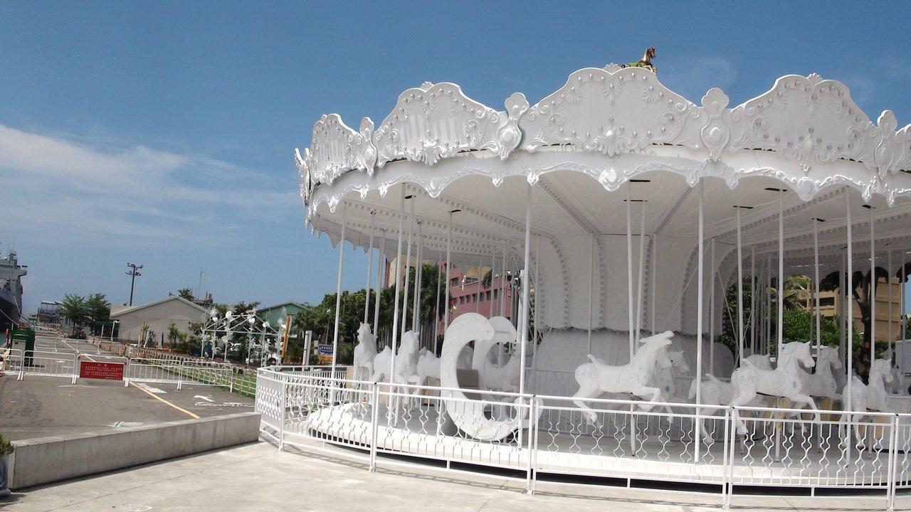 白色旋轉木馬重新裝設,將再成為港邊網美熱拍焦點。記者謝梅芬/攝影