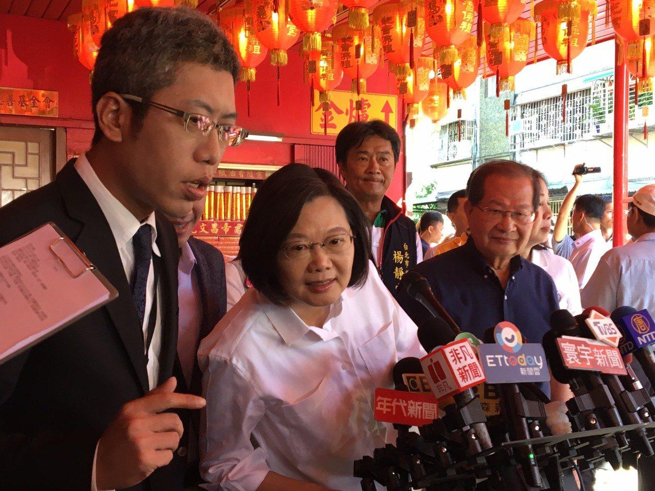 蔡英文總統今天到台北市海光宮參拜,會前接受媒體訪問回應時事。記者周佑政/攝影