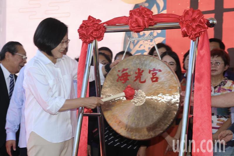 蔡英文總統上午前往台北市葫蘆堵海光宮參拜,並為中秋博餅敲鑼,象徵活動起跑。記者林伯東/攝影