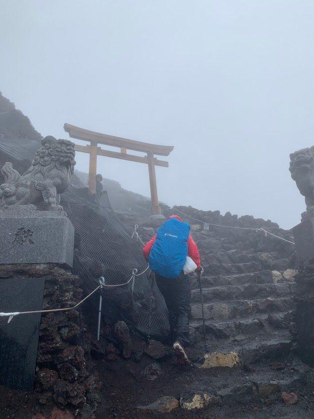 富士山的登山客在狂風暴雨中奮力攻頂。記者蔡宛縈/攝影