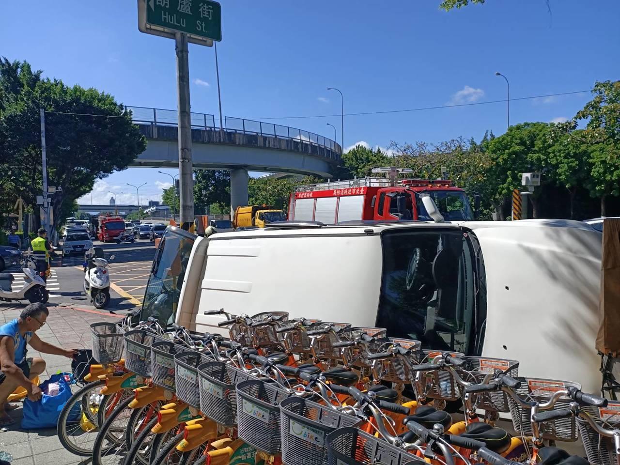 北市士林區葫蘆街、環河北路口今早發生2汽車、1重機交通事故。記者蔡翼謙/翻攝