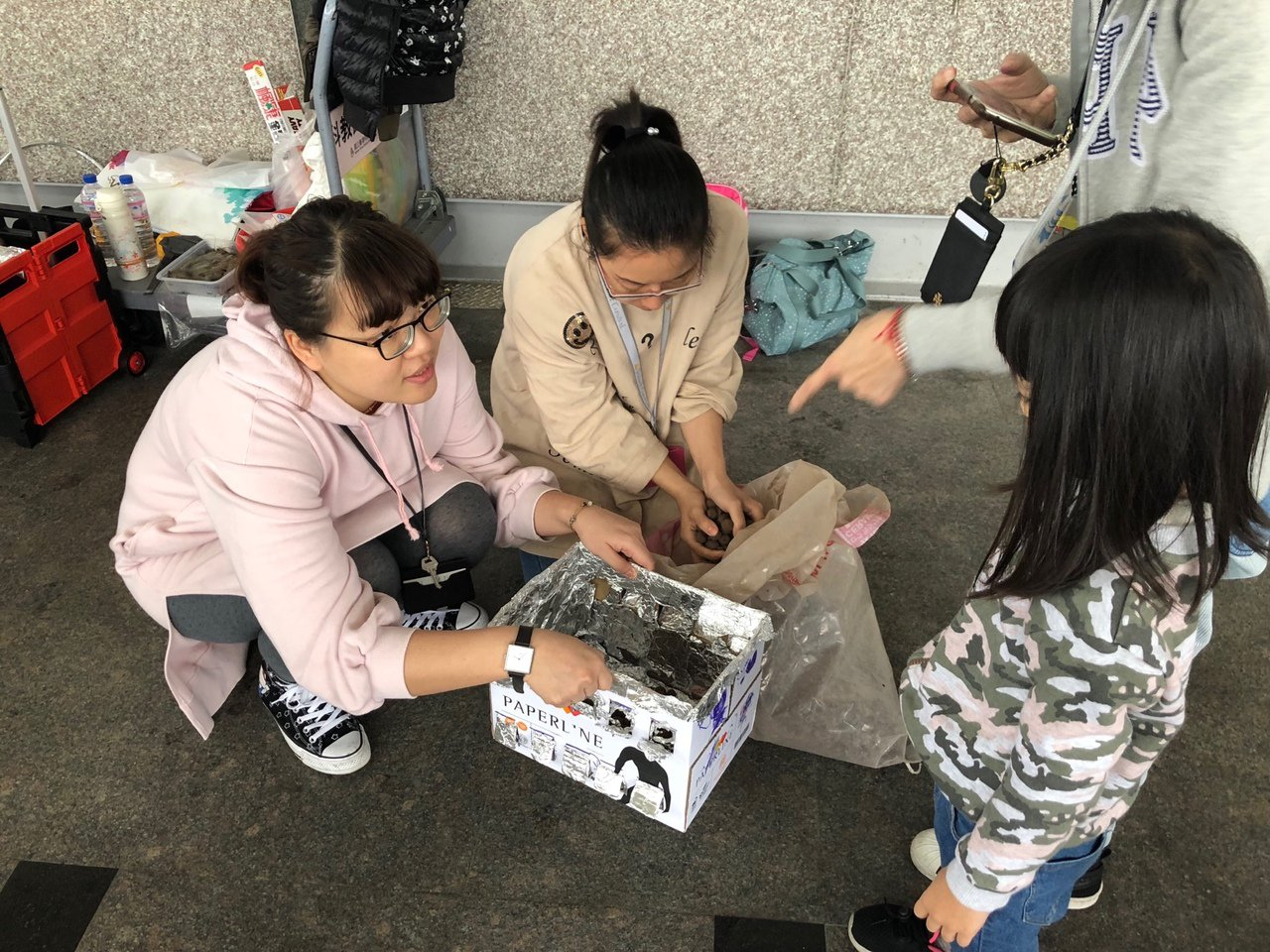 民眾參與國立台灣科教館舉行的紙箱烤肉體驗活動。圖/科教館提供