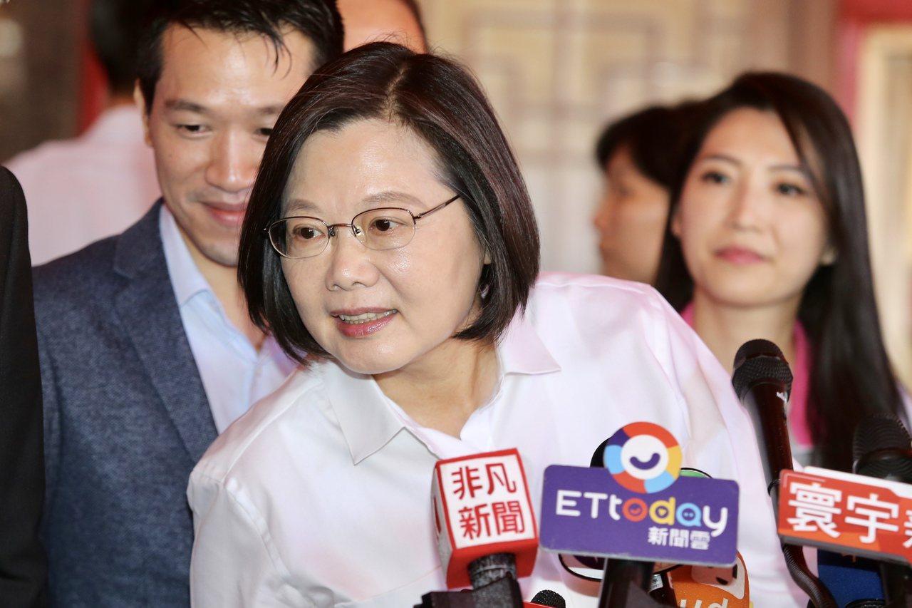 蔡英文總統上午前往台北市葫蘆堵海光宮參拜,並接受媒體訪問。記者林伯東/攝影