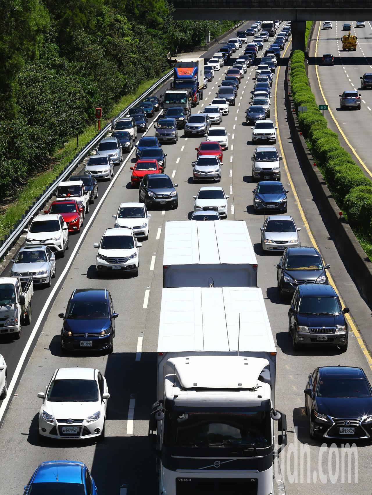 連假第一天,國三大溪到龍潭南下路段嚴重塞車,車輛走走停停,連路肩都停滿車。記者杜...