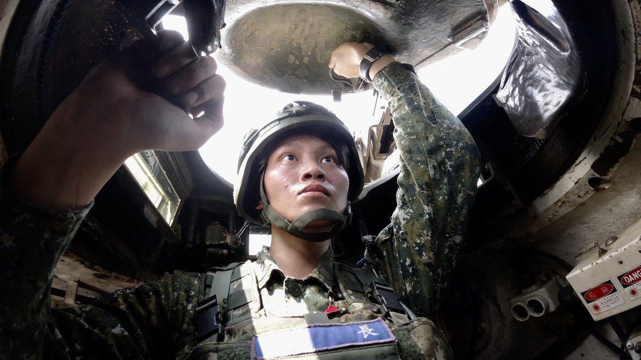陸軍官校2017年班第一名畢業首批選填裝甲兵科的康嘉馨,如今已在部隊歷經多次基地...