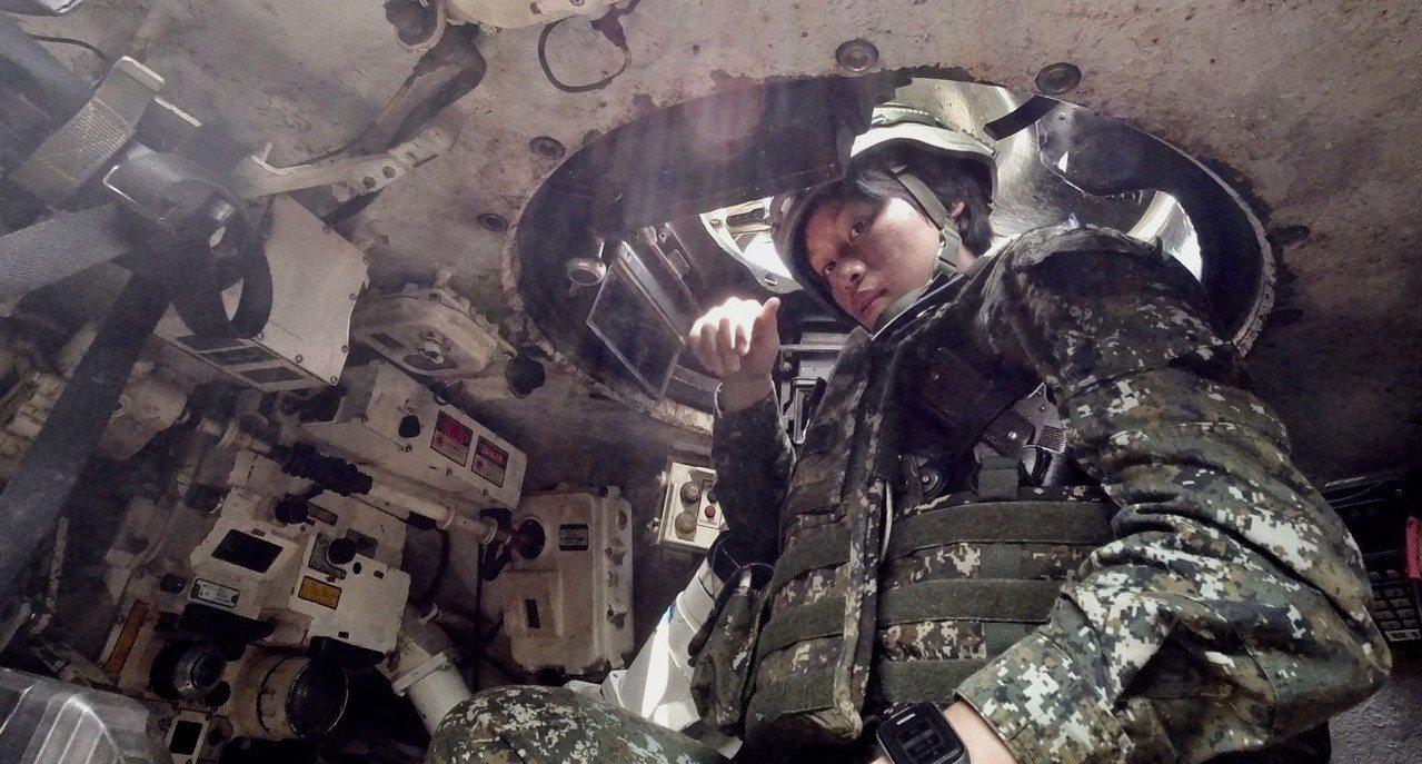 CM11戰車容彈量原本就較低的砲塔環境侷促,對男女都是挑戰。女排長康嘉馨在砲塔裡...