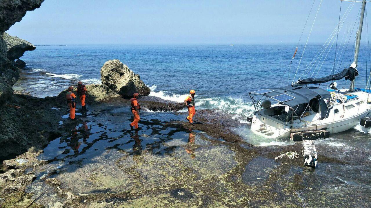 美籍男子克里斯9月10日駕小型遊艇「TASTY」到屏東小琉球海域遊玩,疑因洋流太...