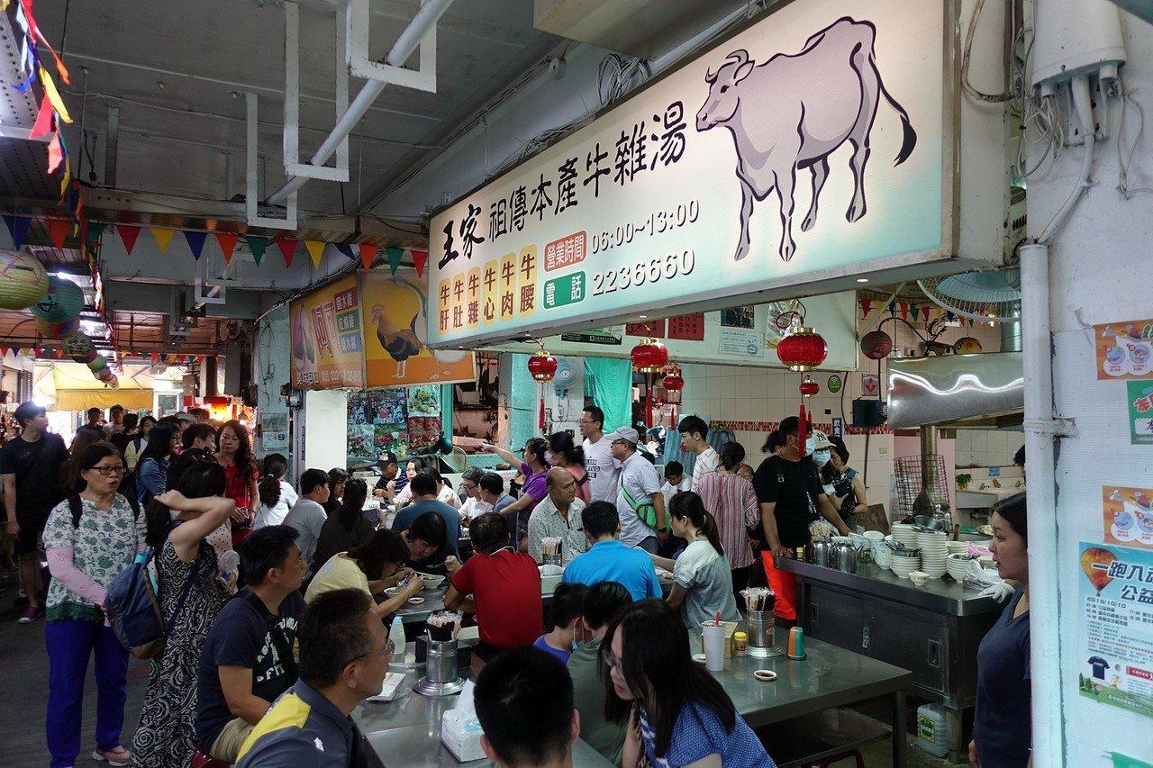 今年中秋節有3天連假,小吃攤位擠滿思念嘉鄉味的人潮。記者姜宜菁/攝影