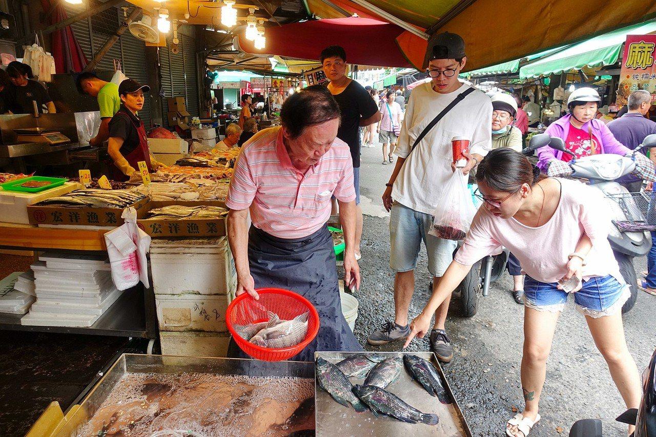 今年中秋節有3天連假,民眾今天清早湧進嘉義市東市場採購。記者姜宜菁/攝影