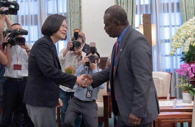 中華民國總統蔡英文(左)9日在台北總統府會見索國外交部長馬內列。歐新社