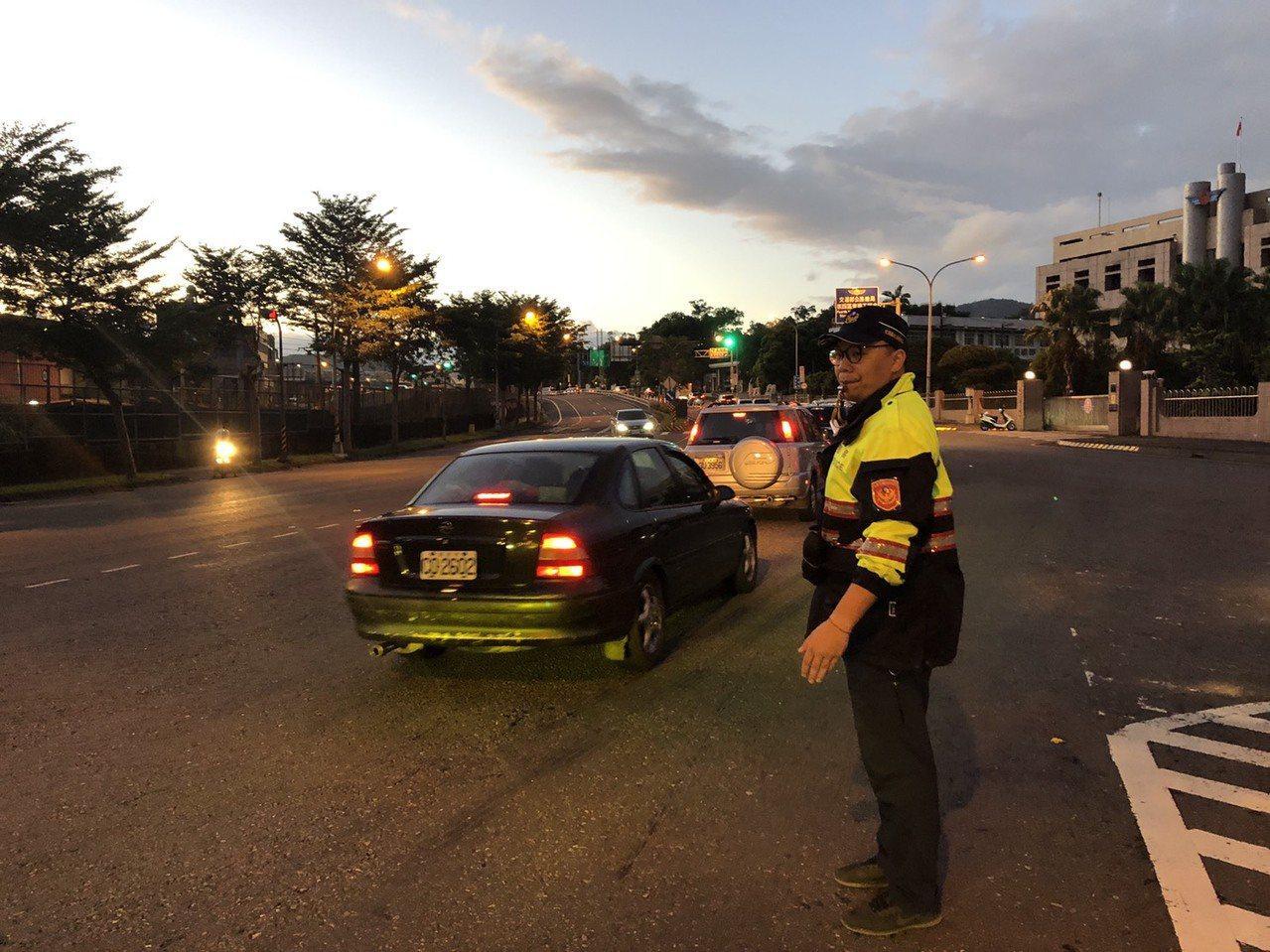 天氣晴朗,出遊人多,今天清晨5時起南下車潮湧現,宜蘭員警一早辛苦執勤,在各路重要...
