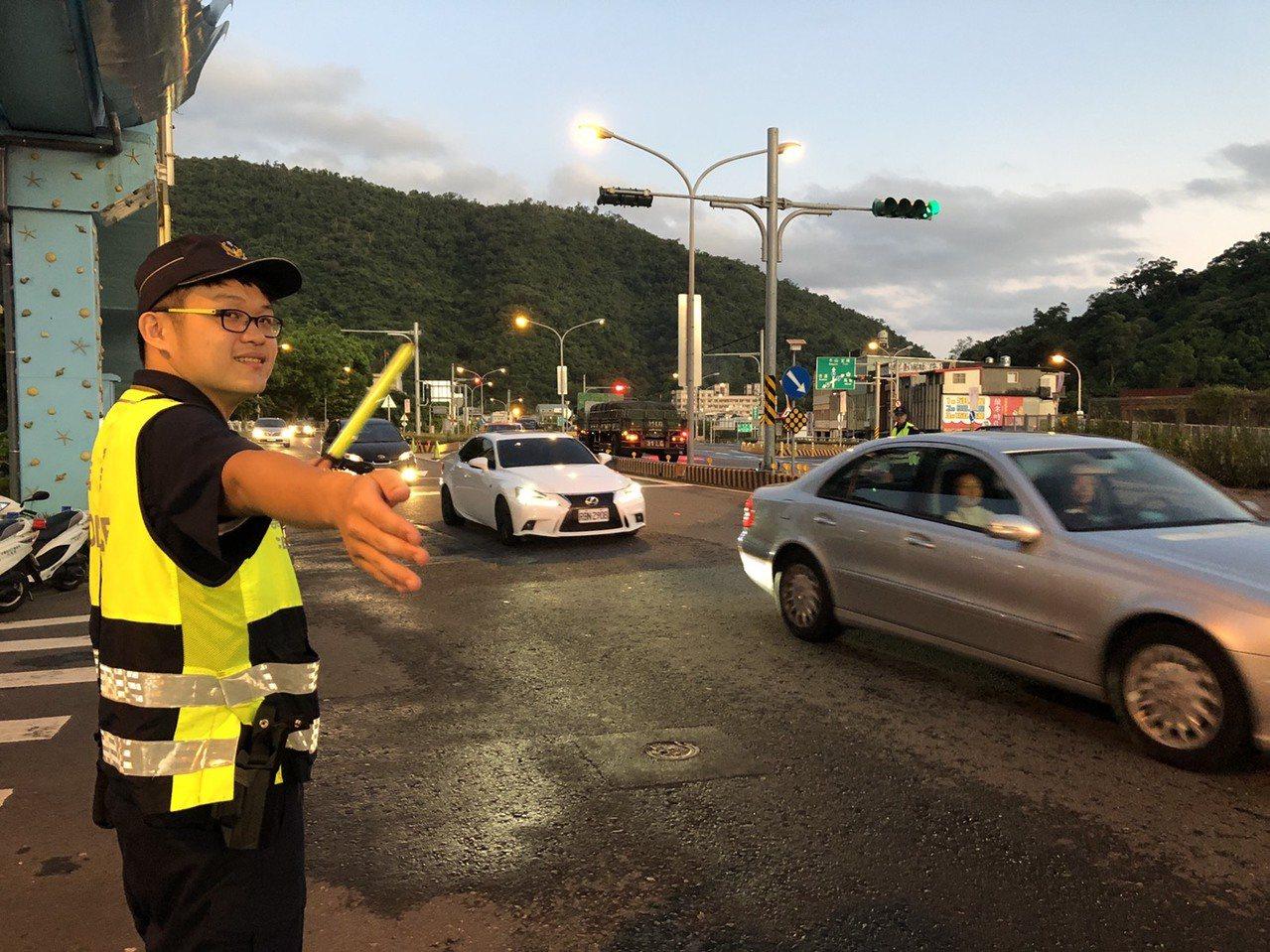 今天清晨蘇花改5時起南下車潮湧現,宜蘭員警一早在各路重要路口加強疏導,確保路口淨...