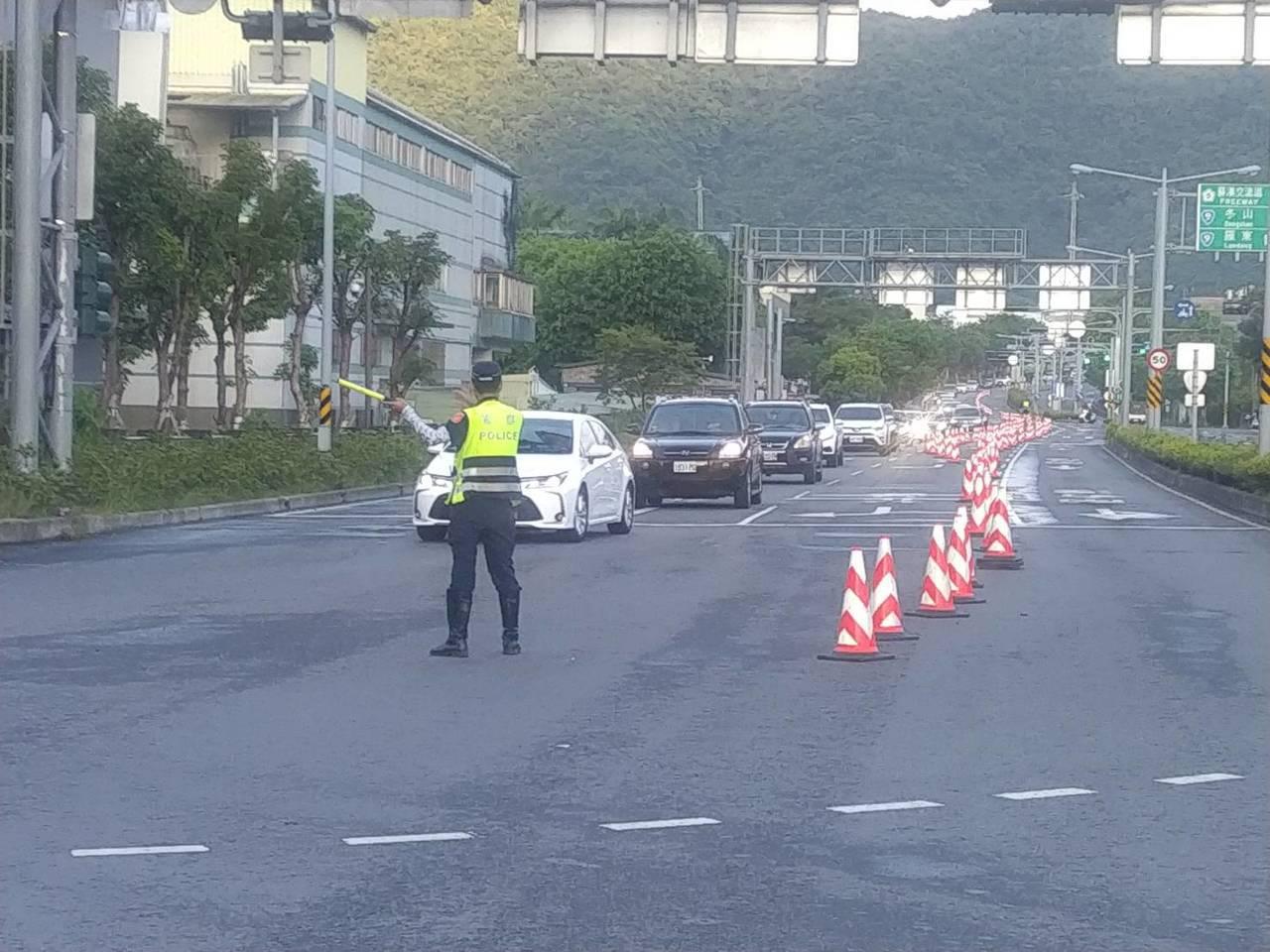 天氣晴朗,出遊人多,今天清晨5時起南下車潮湧現,宜蘭員警不畏艷陽辛苦執勤,在各路...