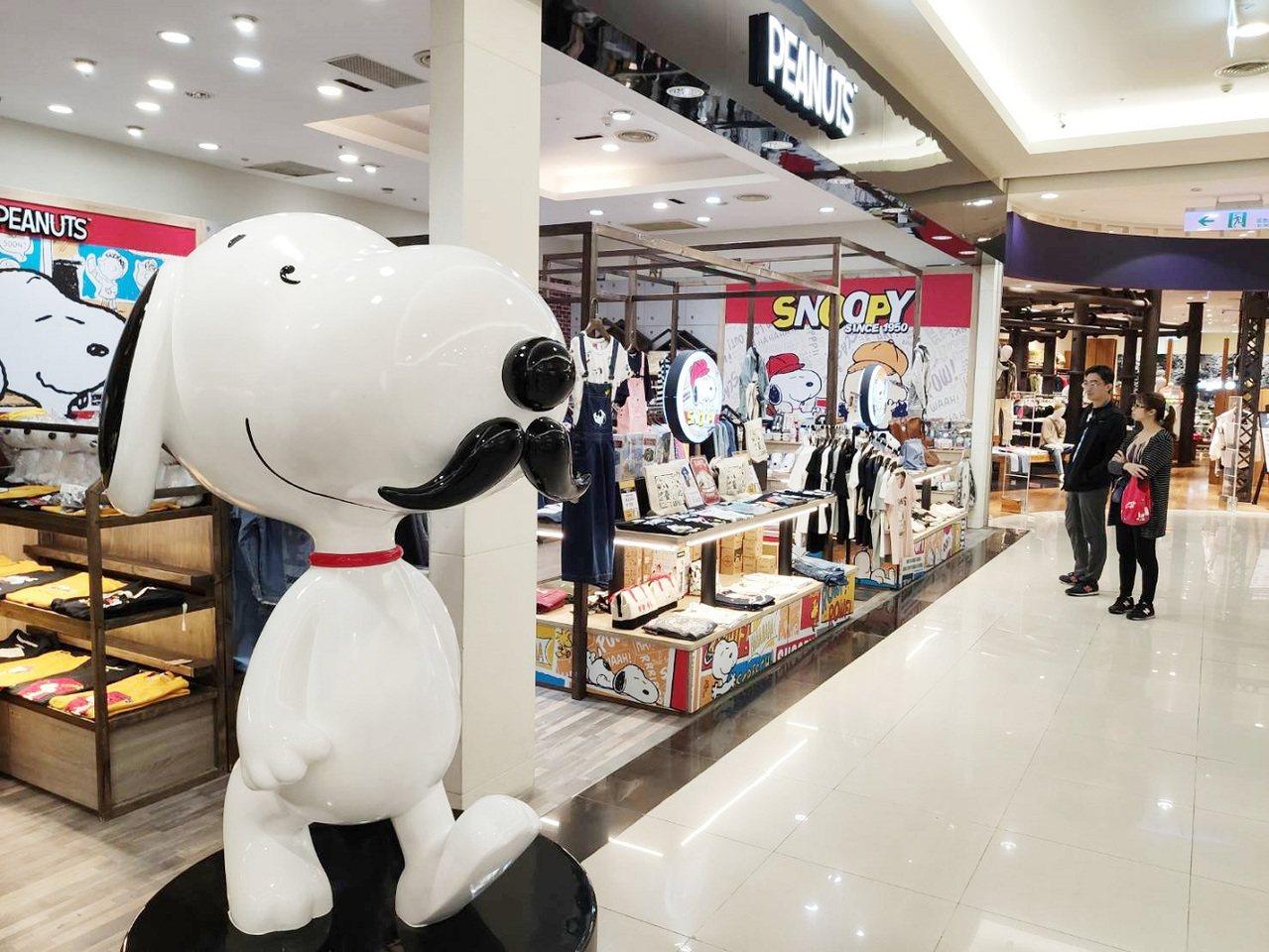 中和Global Mall的「PEANUTS」有近2公尺高的翹鬍子史努比大型公仔...