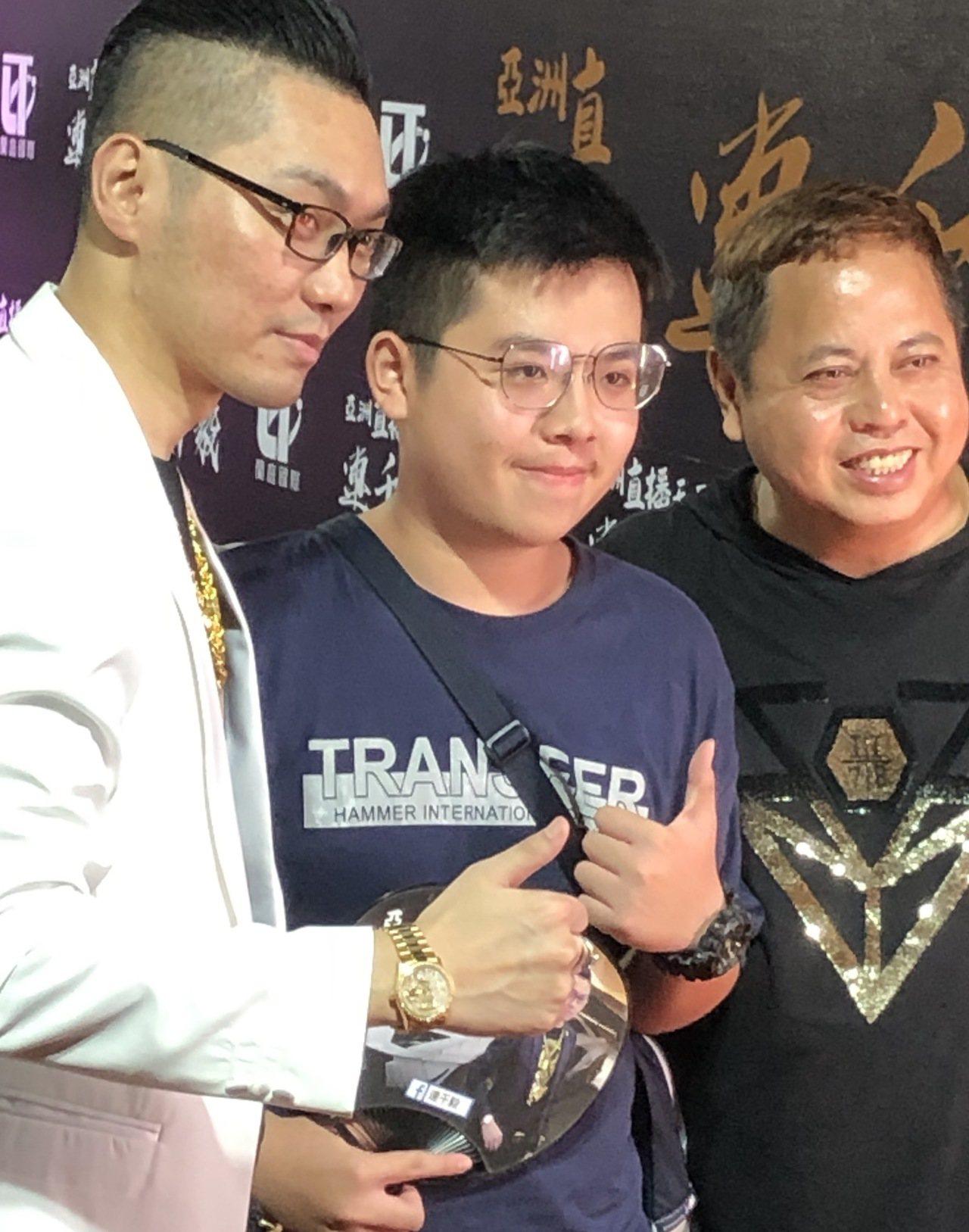 連千毅(左)、黑面(右)兩人不畏恐嚇留言,昨晚到台南市花園夜市與粉絲見面。記者邵...