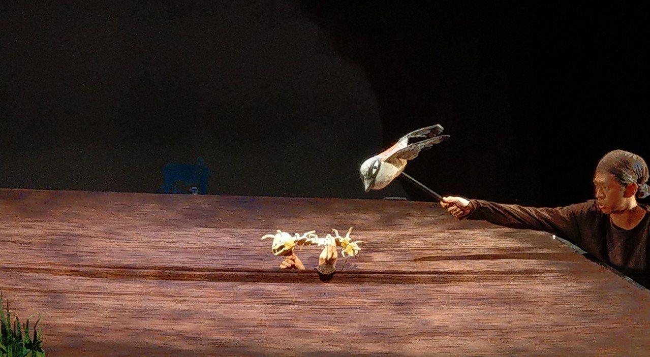 無獨有偶工作室的環境關懷新戲《沒有人愛我》,刻劃小蜈蚣的生命奮鬥故事,採用廢棄傘...