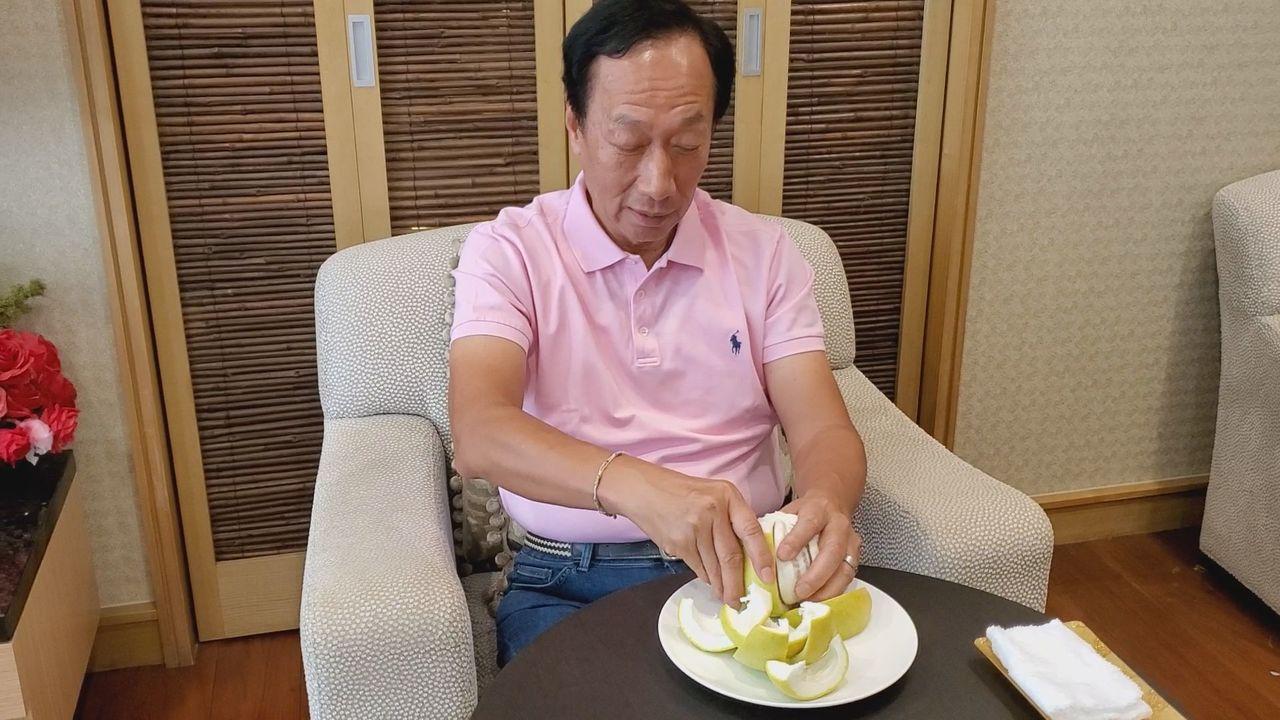 鴻海前董事長郭台銘在中秋節這天沒有公開行程,卻自行拍攝影片回應時事,郭台銘一邊剝...