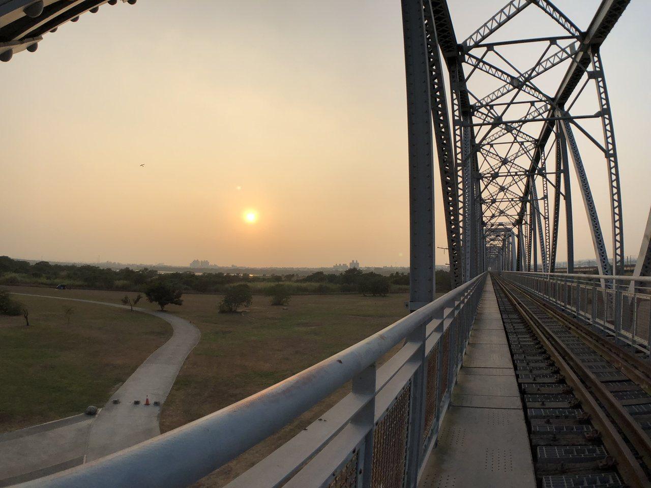 今年國慶焰火將在屏東河濱公園(高屏溪舊鐵橋)釋放。記者江國豪/攝影