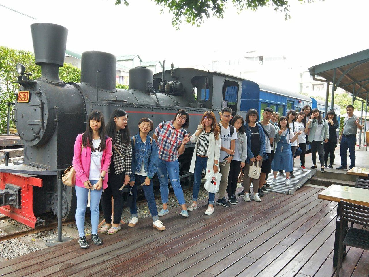 旗山老街遊程,遊客前往旗山小火車站觀看老火車頭。記者徐白櫻/翻攝