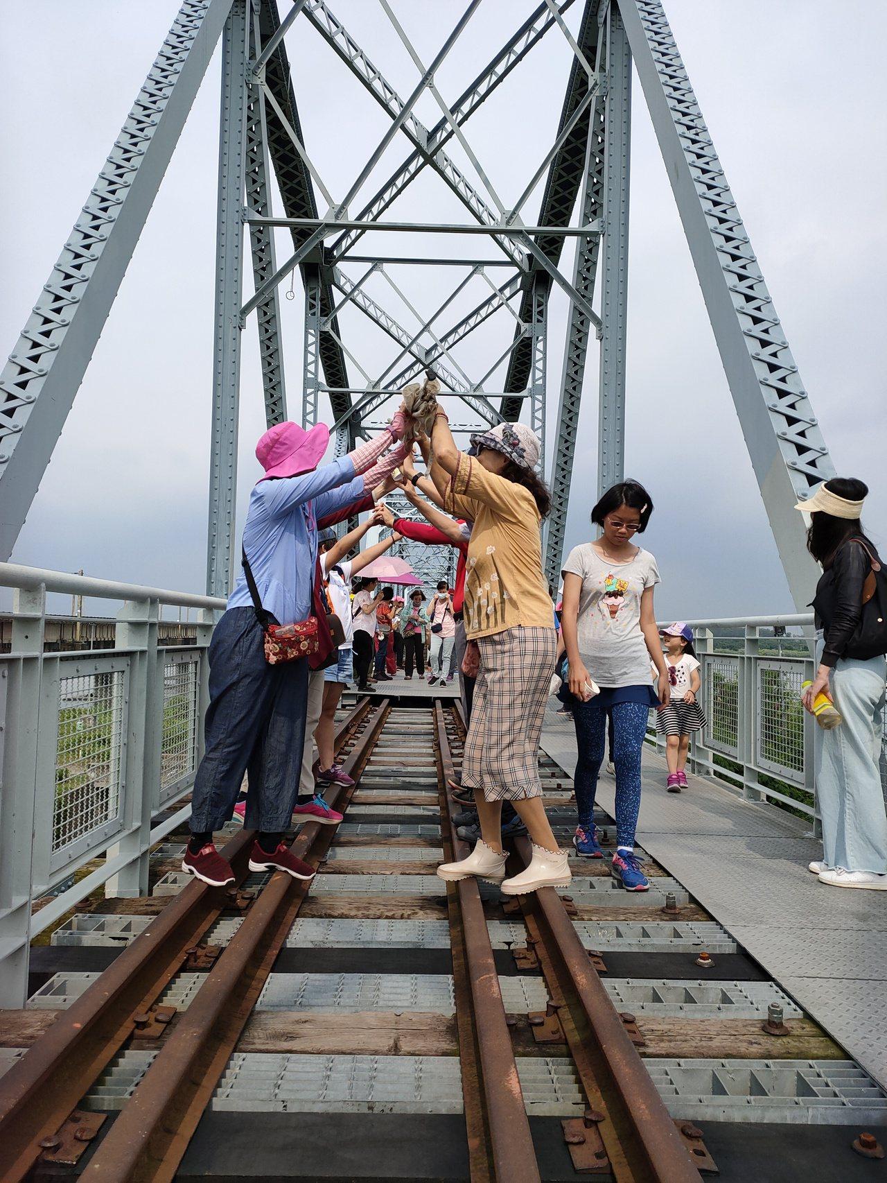 遊客前往大樹舊鐵橋遊玩。記者徐白櫻/翻攝