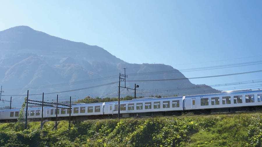 001系列車車身採用反射性的特殊銀色烤漆,目的是讓列車從東京市區駛入秩父山區時能...