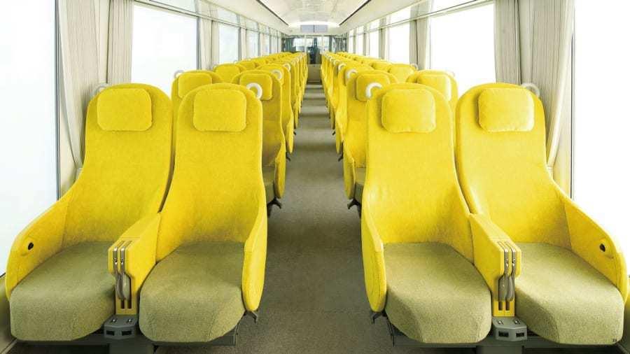 車廂座椅選用柔和的黃色,也是西武鐵道的代表色。坐上去除了寬敞舒適外,可調式座椅頭...