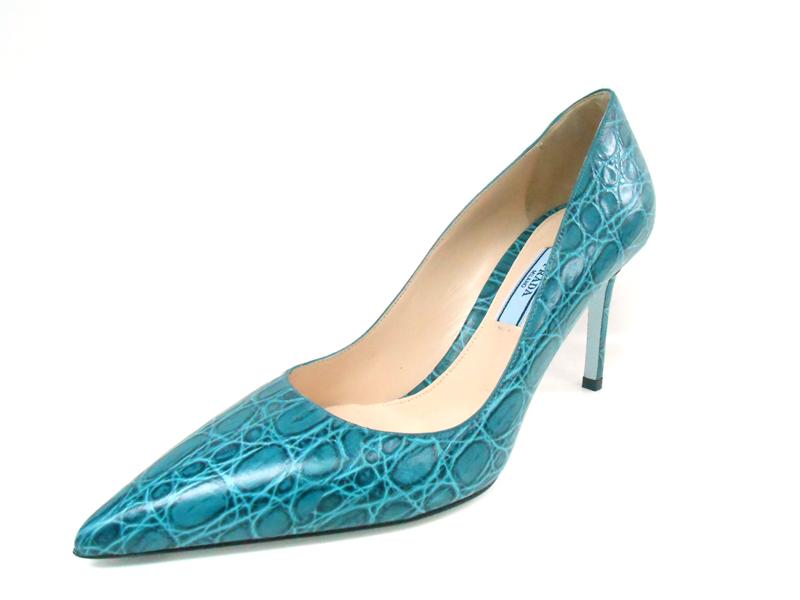 PRADA鱷魚皮革材質訂製跟鞋,售價84,000元。圖/PRADA提供