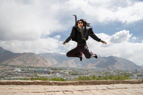 莫文蔚昨晚於巴黎「女神遊樂廳」開唱,成為華人第一位,並宣布10月將挑戰金氏世界紀錄,把「絕色」世界巡演帶到海拔3650公尺的「世界之巔」西藏拉薩。  過去在巴黎「女神遊樂廳」表演過的藝人都大有來頭,...