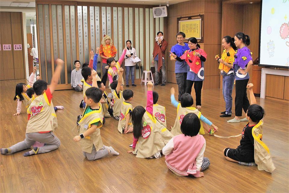 法鼓山世界青年會在全台23處分院辦事處舉行44場悟寶兒童營,引導國小一至三年級學...