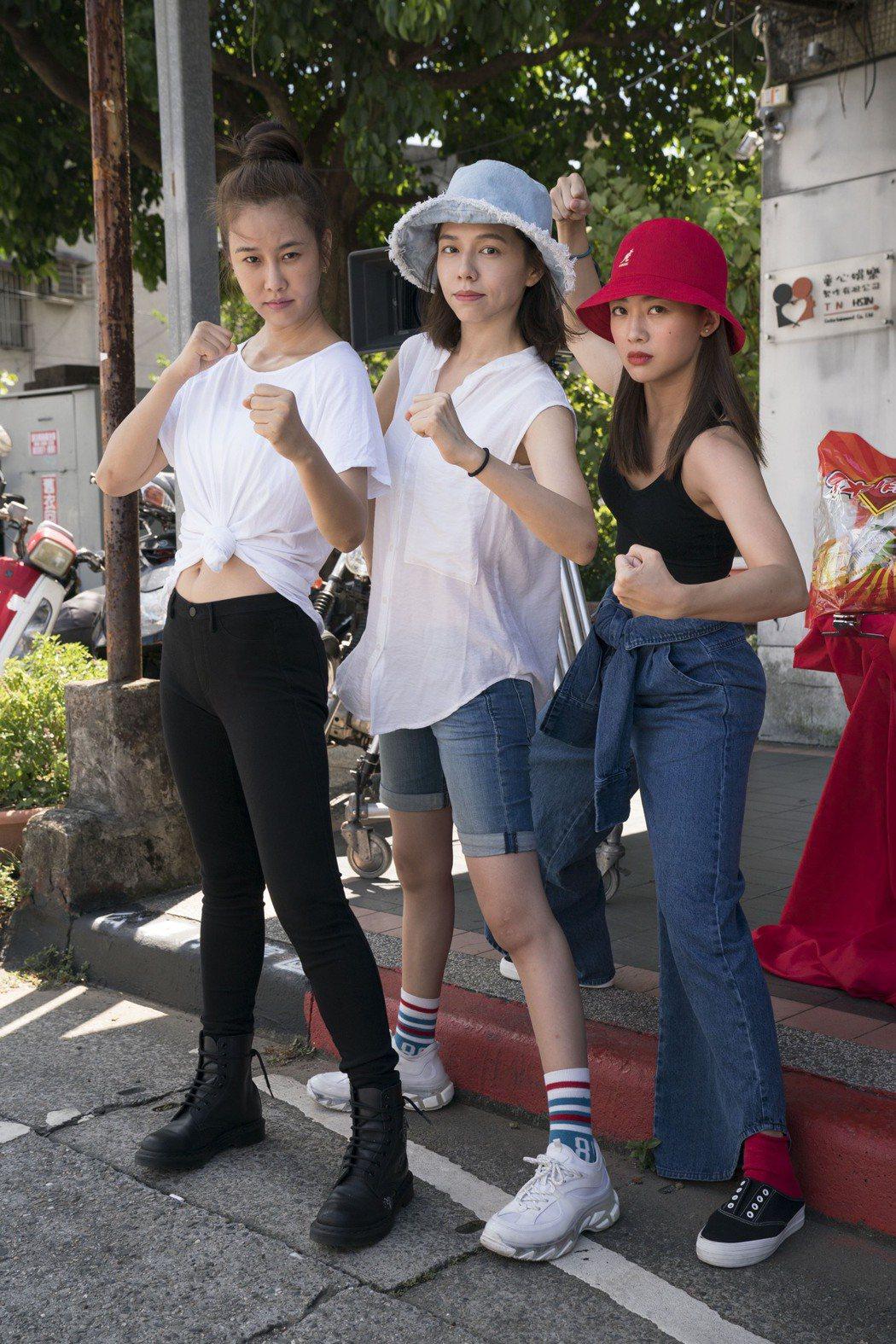 「女優,摔吧」正式開鏡,黃心娣(左起)、夏于喬以及鬼鬼將挑戰摔角。圖/滿滿額提供