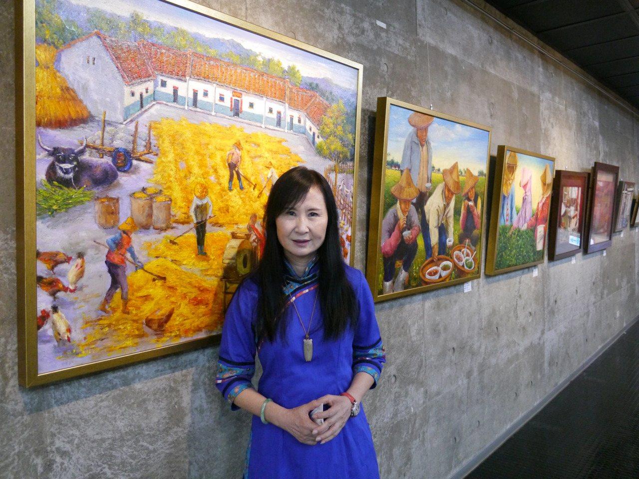 畫家張美蓮首度返回美濃家鄉開畫展,身後的三合院與割稻禾用餐場景,全透過畫筆呈現年...