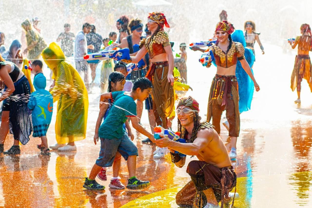 中秋節連假第一天,義大遊樂世界下午開始湧現人潮。圖/義大世界提供