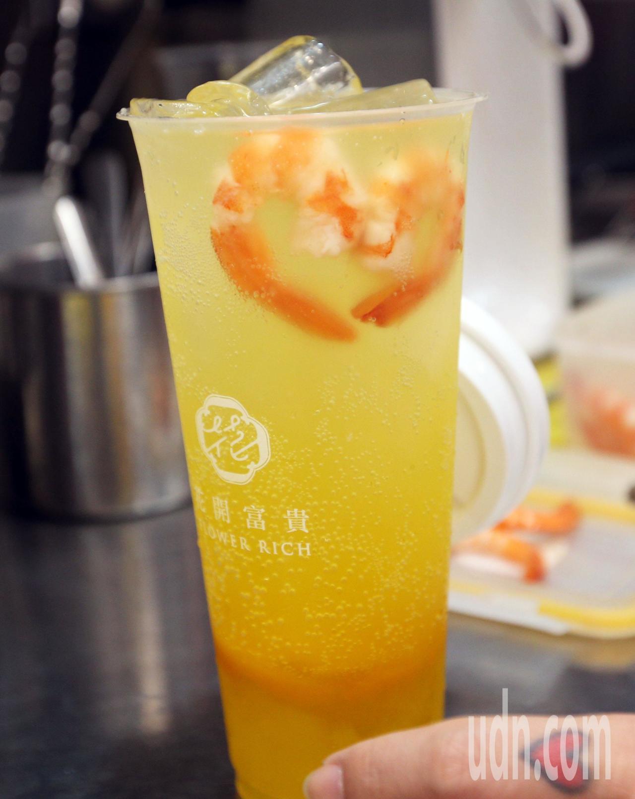 高雄新崛江商圈一家手搖飲料業者為了迎合年輕人的口味,開發出用椰果與芒果氣泡飲,最...